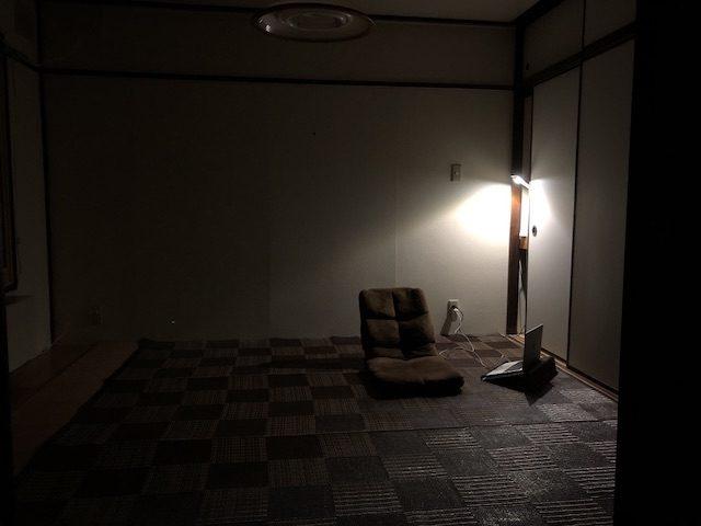 ミニマリストの和室リビング夜の様子