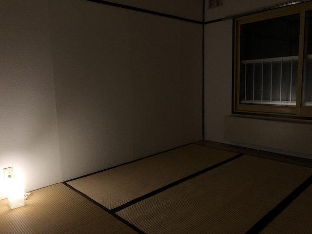 ミリマリストの和室寝室夜の風景