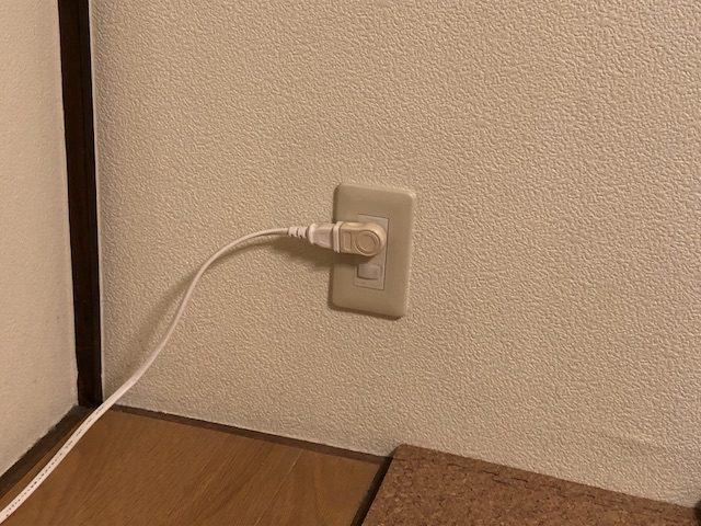 電気配線コードを隠さない2